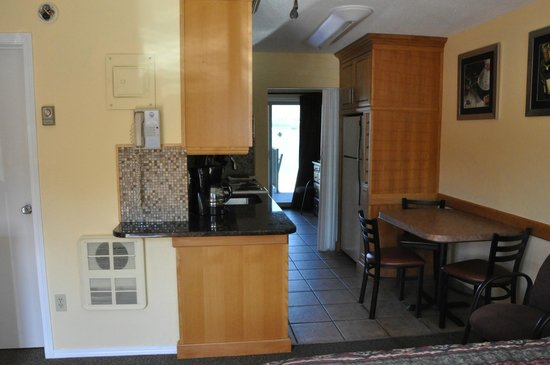 Safari Beach Condo Resort: kitchen