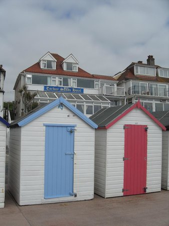 The Torbay Sands Hotel: Beach huts with hotel in background - that's how close you are!