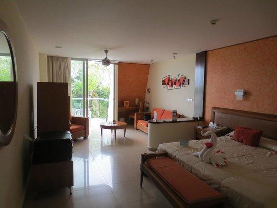 Grand Sirenis Riviera Maya Resort & Spa: Zimmer - Blick zum Balkon