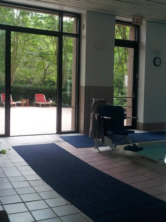 Hyatt Regency FairFax: Pool leading to outdoor sitting area