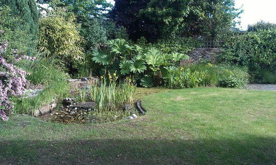 Craigievar Bed & Breakfast: Beautiful Landscaped Garden