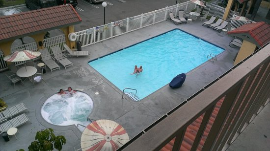 Days Inn Buena Park : The view of the pool from just outside our room