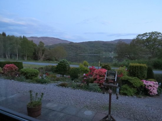 Stanton Villa B&B: View on the loch from the lounge at twilight