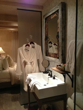 Olive Boutique Hotel: Bathroom opening to bedroom