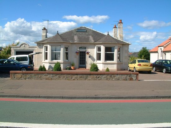 Craigievar Bed & Breakfast: Main Bungalow Frontage with 7-Car Guest Car park