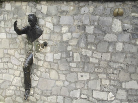 The Spirit of Montmartre Walking Tour : L'homme passe muraille