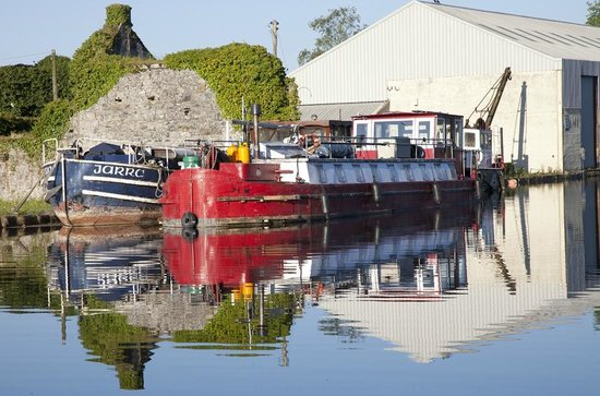 The Harbour Masters House: Canal boats - early morning