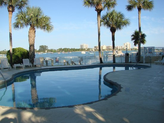 Jupiter Waterfront Inn : Pool view to Jupiter Inet