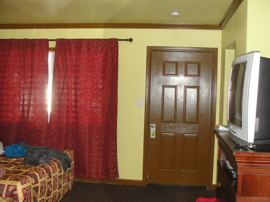 Bayside Inn: This is the view from the bathroom to the front door. New paint and curtains