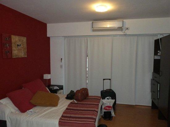 Parada Abasto Apartamentos: Habitación, hay otra cama igual alado