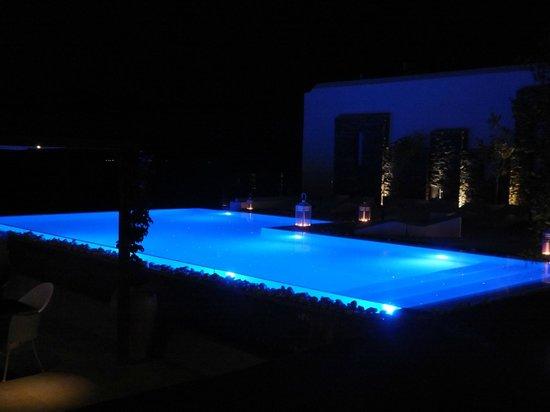 Senia Hotel: Pool by night