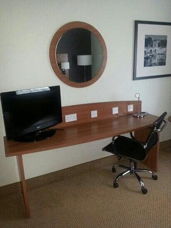 Holiday Inn Express Shrewsbury: tv and dresing space