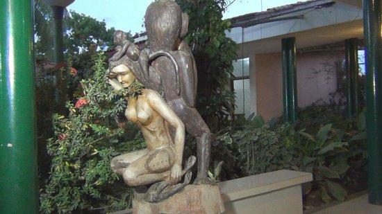 Hotel Sol del Oriente : escultura_corredor