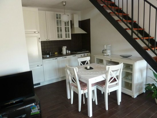 Apartments Ester: Kitchen, fully supplied with dining table