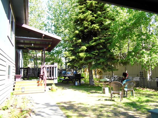 Spenard Hostel International: Yard/BBQ/Common Area