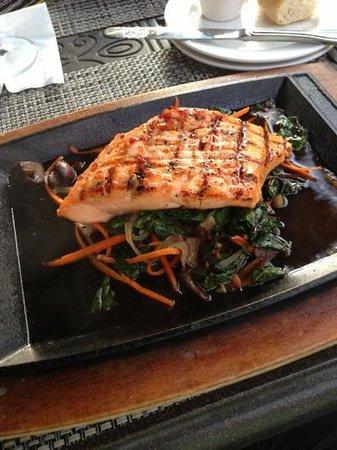 McCormick & Schmick's Seafood - Columbus: sizzling salmon salad with Asian pepper sauce