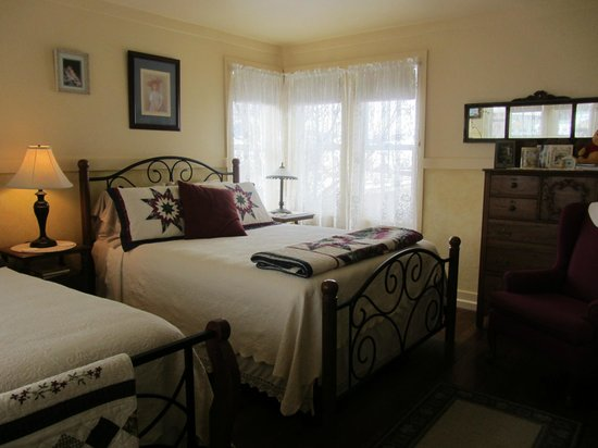 Quigley Cottage Bed & Breakfast: Guest Room A  Two queen beds. Private ensuite bath. Great view of Discovery Ski Area