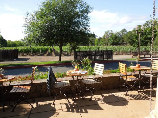 Villagio Inn and Spa : Breakfast outdoors overlooking vinyard
