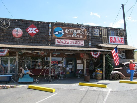 Larry's Antiques & Things: Front view of Larry's Antiques & Stuff