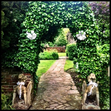 Howfield Manor Hotel: grounds...