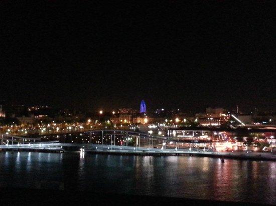 Eurostars Grand Marina Hotel: Blick vom Zimmer nach rechts bei Nacht