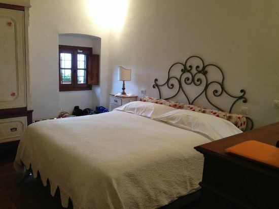 Tenuta Lonciano: our room with little window overlooking the town of Florence in the valley