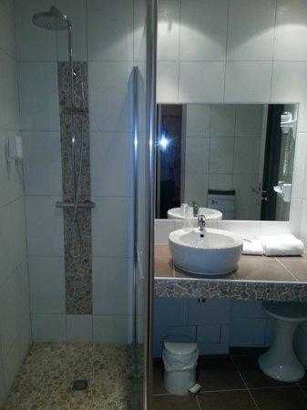 Hotel Bristol : salle de bains chambre 401 - near swimming pool