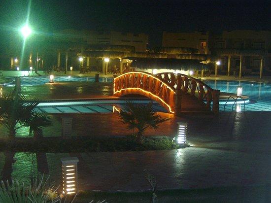 Laguna Beach Resort: Piscina di notte difronte alla camera
