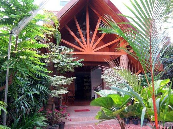 Chada Thai House: Outside hotel lobby