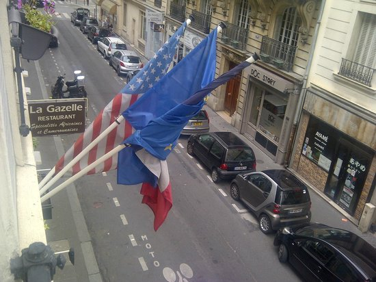 Monceau Wagram Hotel : Flags outside hotel