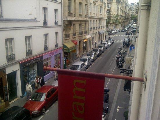 Monceau Wagram Hotel: Street outside hotel