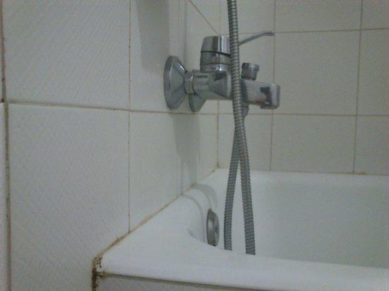 Hesperia Murcia : bañera vieja y mugrienta