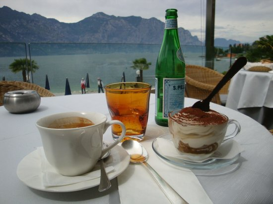 Al Bacio Restaurant: Tiramisu with coffee, beautiful Lake Garda and the mountains in the background