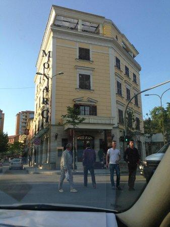MonarC Hotel: Hotel visto da fuori - notare terrazza con bar