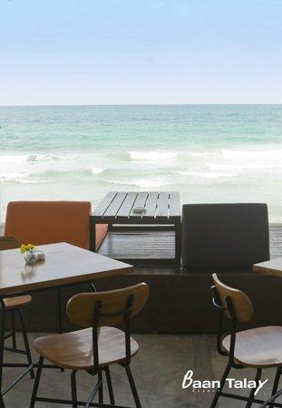 Baan Talay Resort: Restaurant by the sea