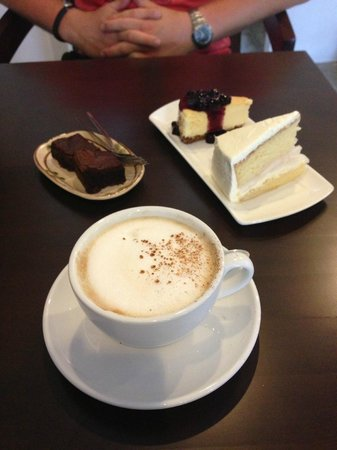 Lolamui Cafe: Cappucino, Brownies, Cheesecake, Coconut cake! YUM!