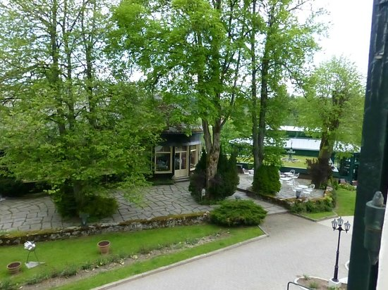 Parkhotel Adler : Blick auf Garten und Frühstücksbereich