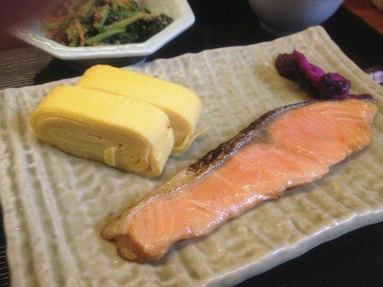 Kyomachiya Ryokan Sakura Honganji: Petit dejeuner japonais traditionnel (saumon, omelette, soupe, algues…)