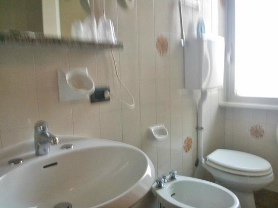 Hotel Daina: Bagno contenuto