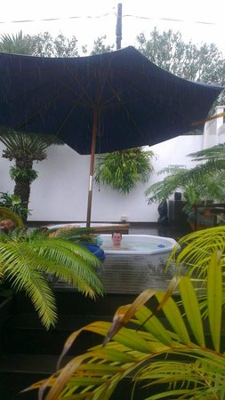 Manaar House: Even the Durban rain could not keep me out of the hot tub!