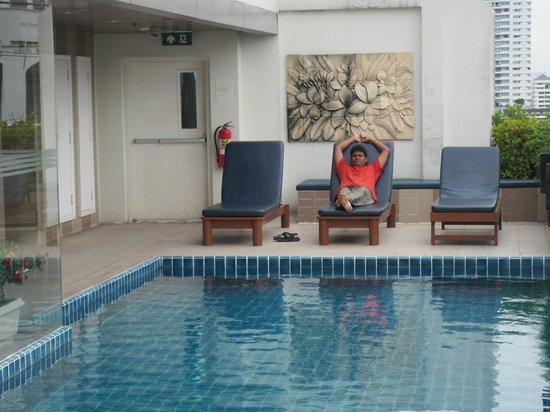 Adelphi Suites Bangkok: Pool Top Floor