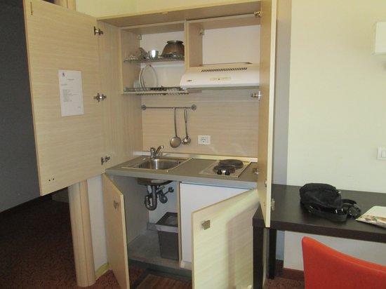 Regal Hotel and Apartments: Mini cucina in camera