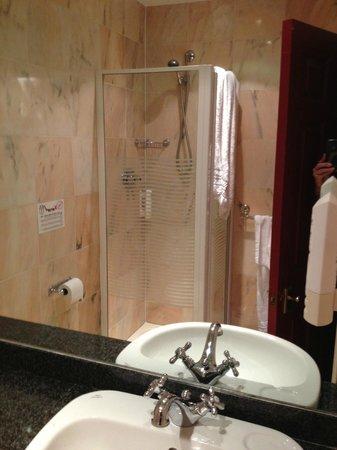 Mermaid Suite Hotel: badkamertje met veel schimmel