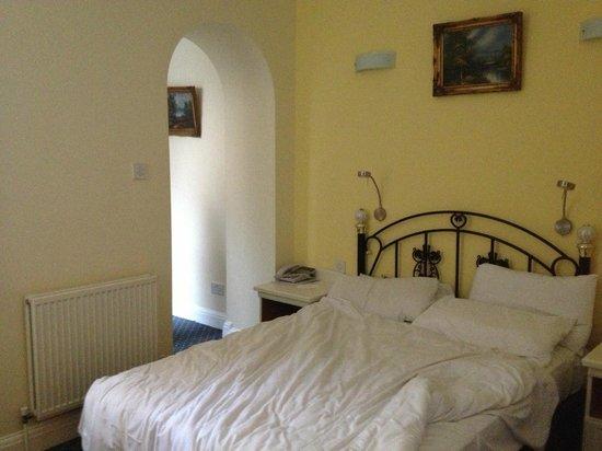 Mermaid Suite Hotel: bed en doorkijkje naar 3e slaapplaats