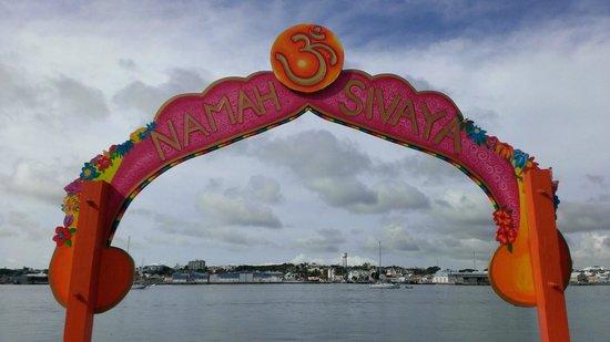 Sivananda Ashram Yoga Retreat : Entrance to the Ashram.