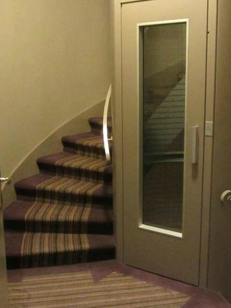 Hotel France d'Antin : Cute cylindrical lift and spiral central staircase