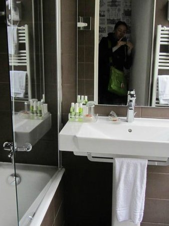 Hotel France d'Antin : Clean comfortable bathroom (separate tiny toilet)