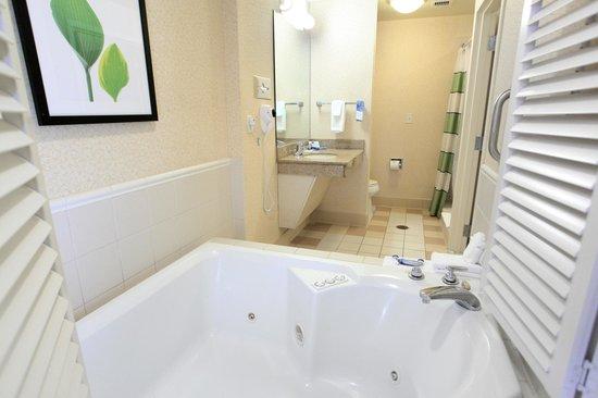 Fairfield Inn & Suites by Marriott Jacksonville Beach: Guest Suite Bathroom