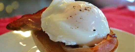 Bizzi Beans Cafe: Signature dish, Poached egg and bacon on a Toasted muffin