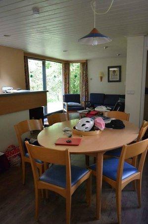 Center Parcs de Vossemeren: Dining area looking into the living room (Premium cottage)